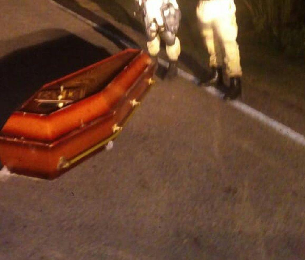 Caixão com corpo dentro foi encontrado por policiais militares no meio de rodovia, na região Agreste potiguar (Foto: Redes sociais)