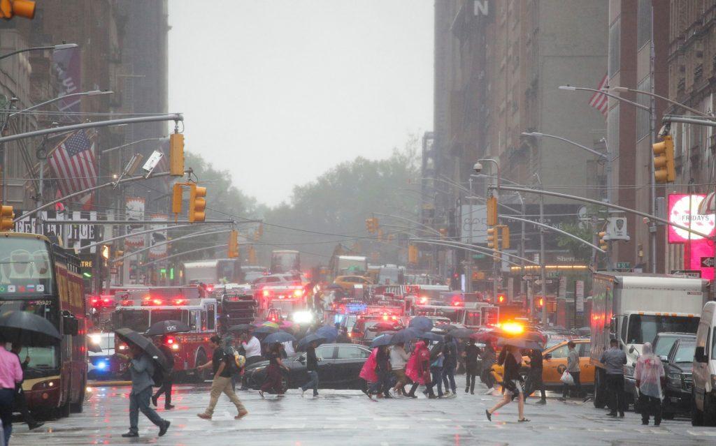 Bombeiros de Nova York atendem a chamado de acidente de helicóptero em um prédio na ilha de Manhattan (Foto: Brendan McDermid/Reuters)