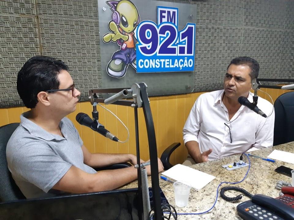 """Marcus Diôgo durante o programa """"Conversa com o Prefeito"""", nos estúdios da Rádio Constelação FM de Guarabira (Foto: Divulgação)"""