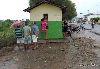 Populares no local onde o corpo foi encontrado. -Foto: Cristiano Alves