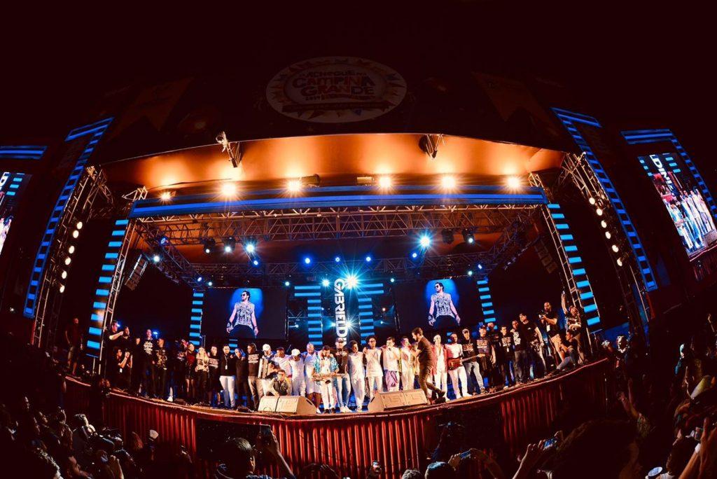 Banda de Gabriel Diniz prestou homenagem ao cantor na noite deste domingo, no Parque do Povo, no São João 2019 de Campina Grande (Foto: Emanuel Tadeu/Medow Entertainment/Divulgação)