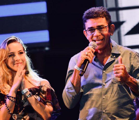 Namorada e pai de Gabriel Diniz também participaram da homenagem ao cantor no São João 2019 de Campina Grande (Foto: Emanuel Tadeu/Medow Entertainment/Divulgação)